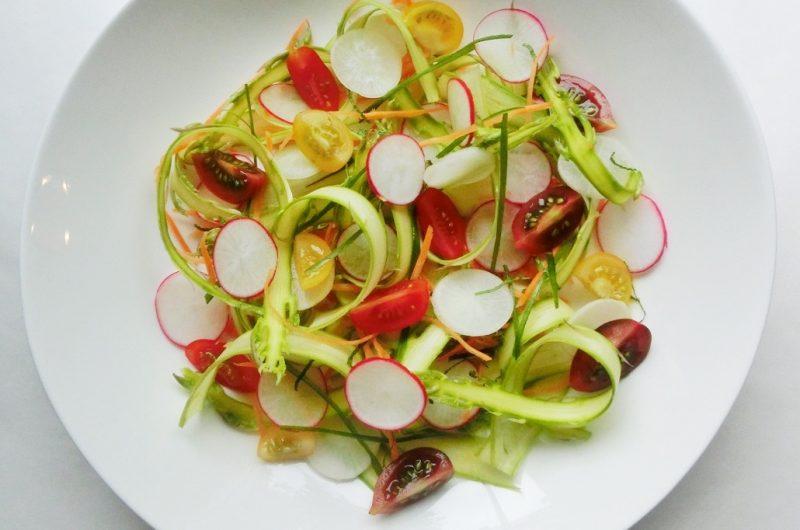 Rețetă - salată de sparanghel și ridichi